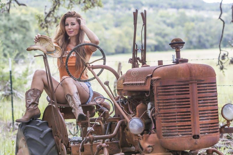 Brunettmodell With en traktor fotografering för bildbyråer