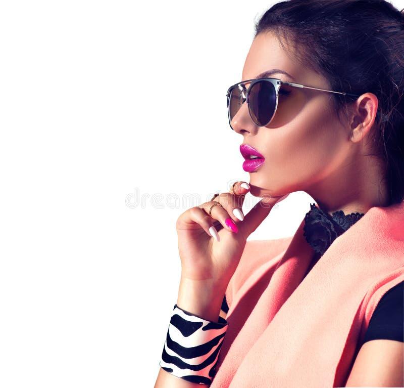 Brunettmodellflicka som bär stilfull solglasögon royaltyfri bild