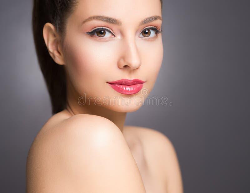 Brunettskönhet i ljus makeup arkivfoto