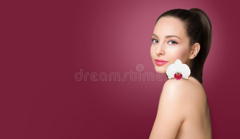 Brunettskönhet med den färgrika blomman royaltyfri bild