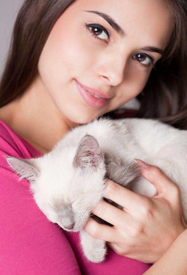 Brunettskönhet med den gulliga kattungen arkivfoton