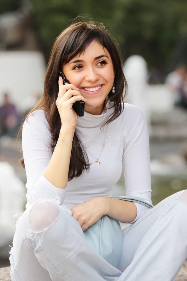 brunetttelefon royaltyfria foton
