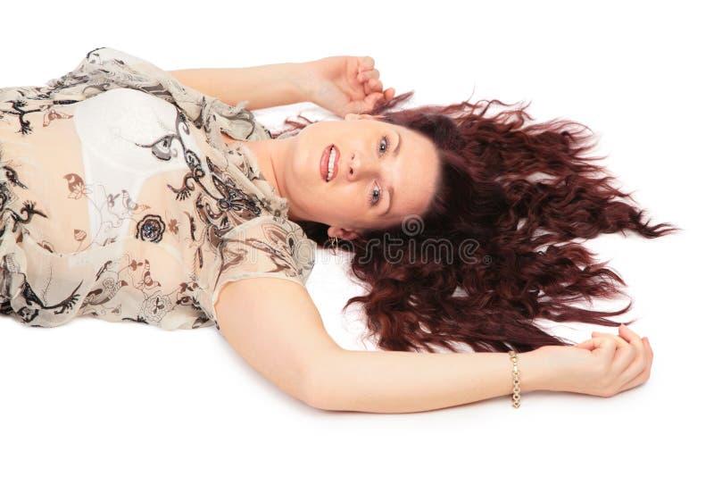 brunissez le femme menteur de vue de côté de cheveu photographie stock libre de droits
