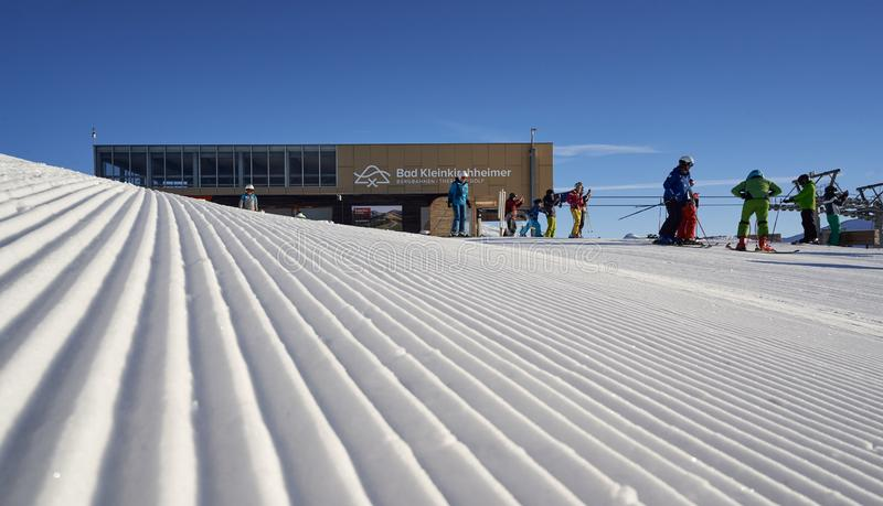 Brunnach Ski Resort, St Oswald, Carinthia, Österrike - Januari 20, 2019: Fångade Brunnachen som överkanten skidar stationen med n royaltyfri fotografi