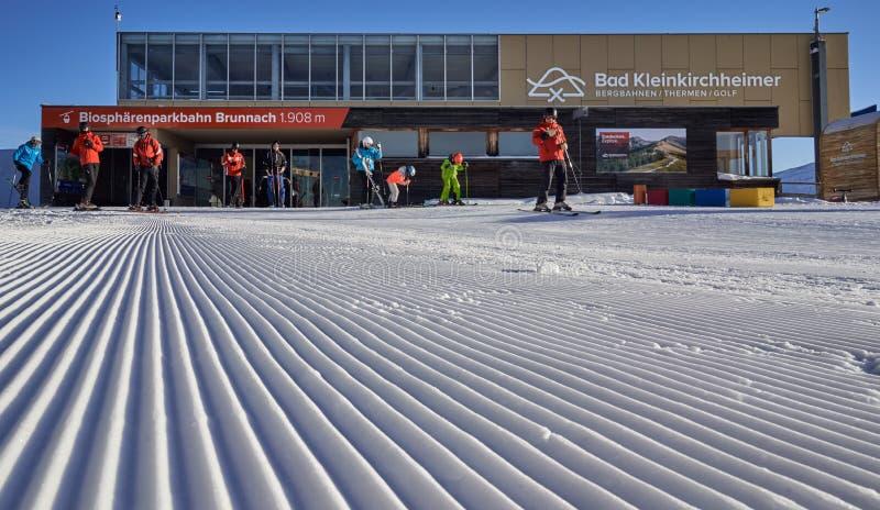 Brunnach Ski Resort, St Oswald, Carinthia, Österrike - Januari 20, 2019: Fångade ingången Brunnach som överkanten skidar statione royaltyfri bild