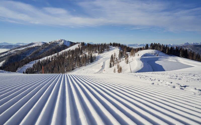 Brunnach Ski Resort, St Oswald, Carinthia, Österrike - Januari 20, 2019: Sikt från Brunnach den bästa stationen ner i dalen arkivbild