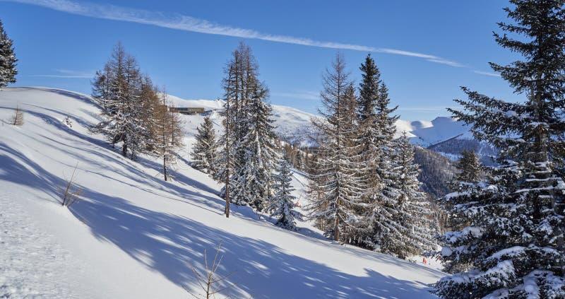 Brunnach Ski Resort, St. Oswald, Kärnten, Österreich - 20. Januar 2019: Ansicht über die Winterlandschaft zur Bergstation stockbilder