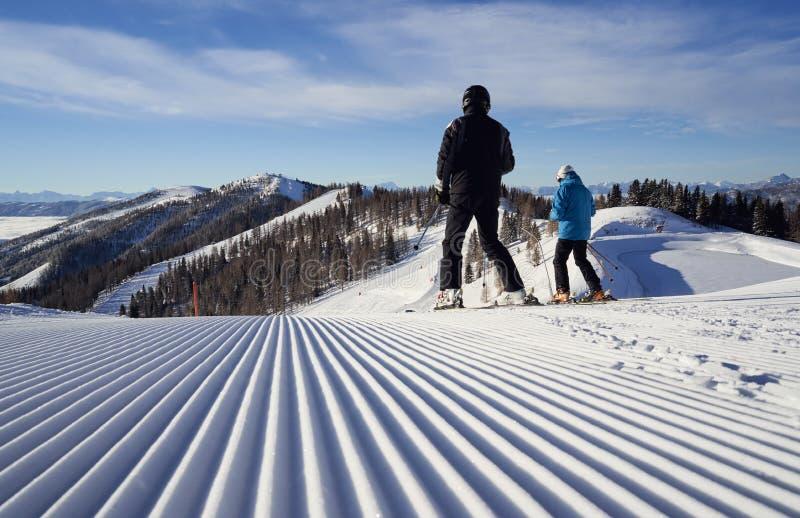 Brunnach Ski Resort, St. Oswald, Kärnten, Österreich - 20. Januar 2019: Ansicht von Brunnach-Bergstation unten im Tal mit zwei stockfotos