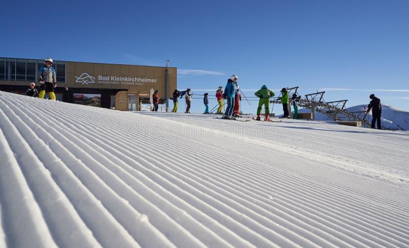 Brunnach Ski Resort, St. Oswald, Kärnten, Österreich - 20. Januar 2019: Nahm die Brunnach-Spitzen-Skistation mit einigen Skifahre stockfotos