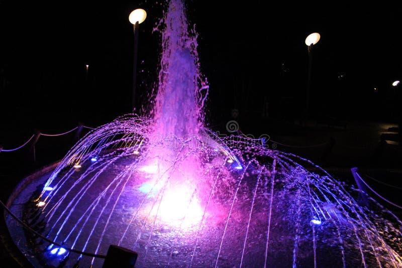 Brunnen am Abend lizenzfreie stockfotos