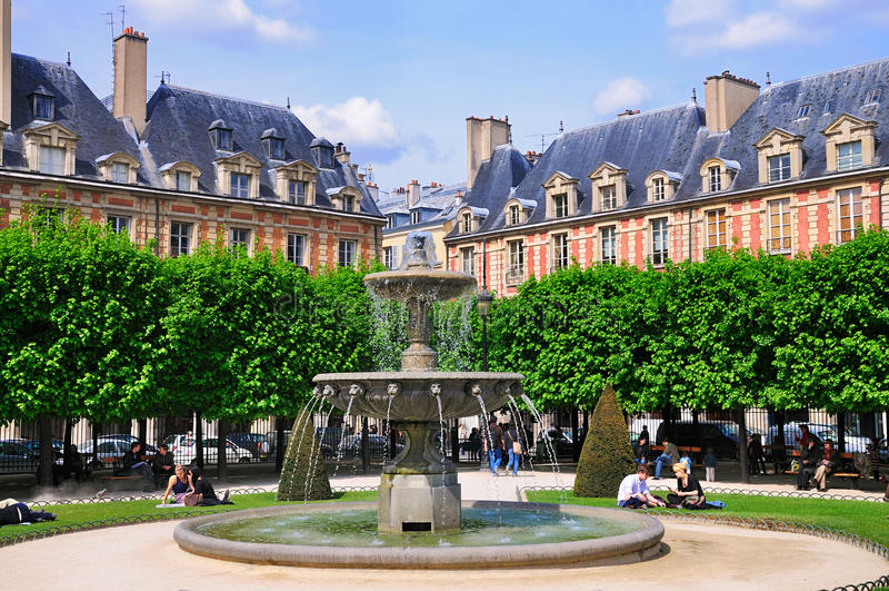 Brunnen auf Platz-DES Vosges, Paris lizenzfreies stockfoto