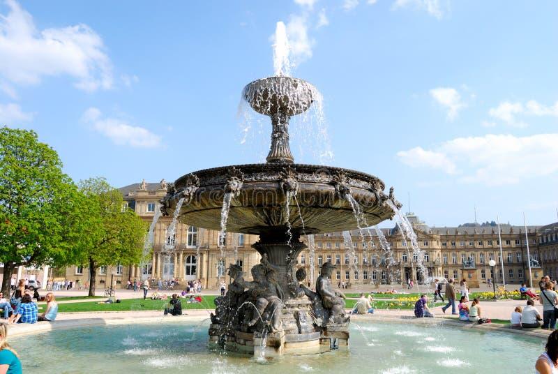 Brunnen auf Schlossplatz in Stuttgart lizenzfreie stockfotos