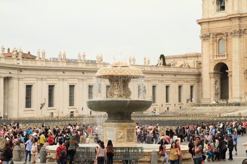 Brunnen auf St- Peter` s Quadrat stockbilder
