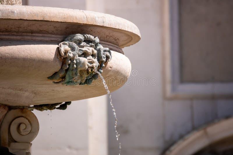 Brunnen am Basilika della Santa Casa in Italien Marken stockbilder
