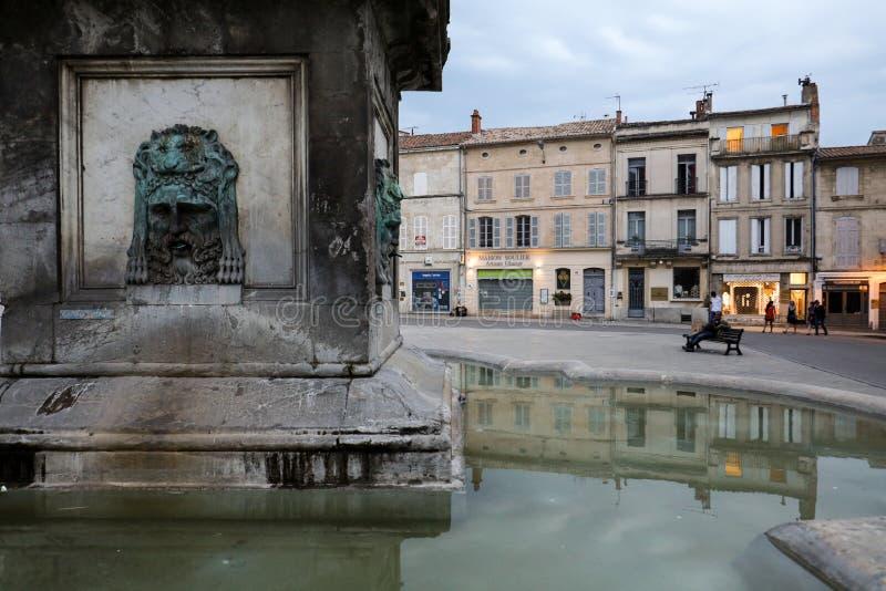Brunnen bei Place de la Republique in Arles, Frankreich stockbild