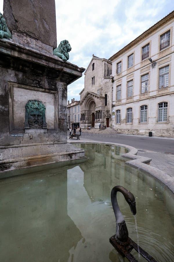Brunnen bei Place de la Republique in Arles, Frankreich stockfotografie