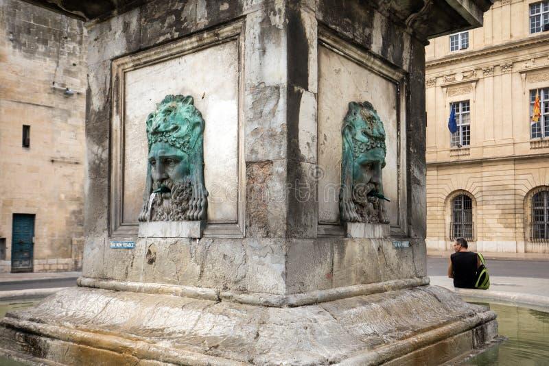 Brunnen bei Place de la Republique in Arles, Frankreich lizenzfreie stockfotos