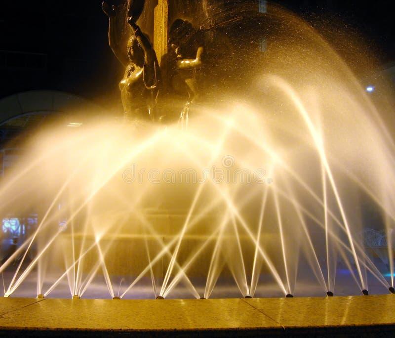 Brunnen bis zum Night lizenzfreie stockfotos
