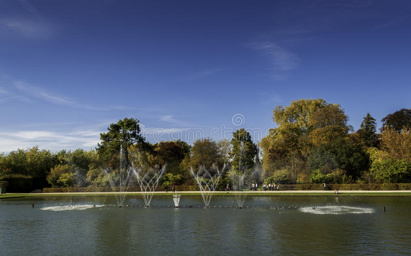 Brunnen an den Gärten Chateaudes Versailles stockfotos