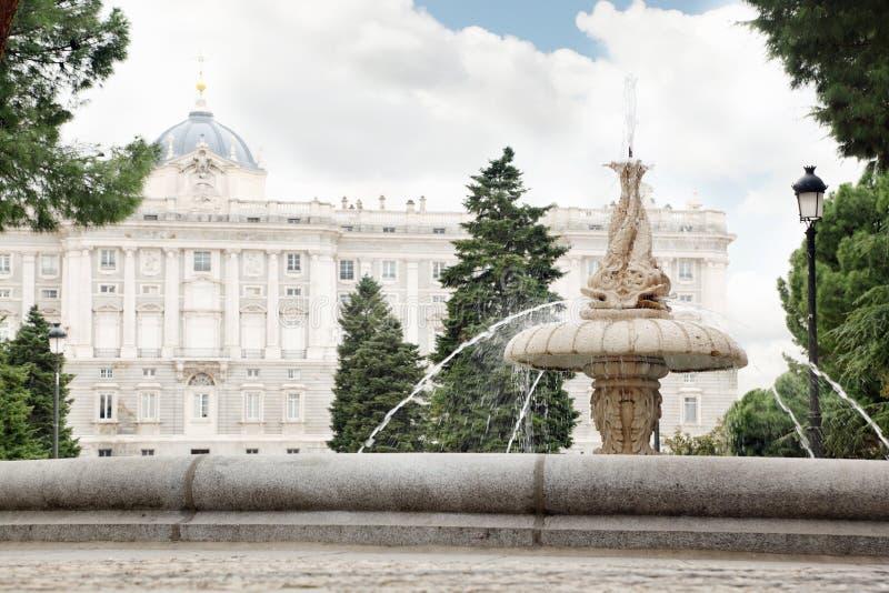 Brunnen in den Gärten von Sabatini und von schönem Royal Palace stockfotos