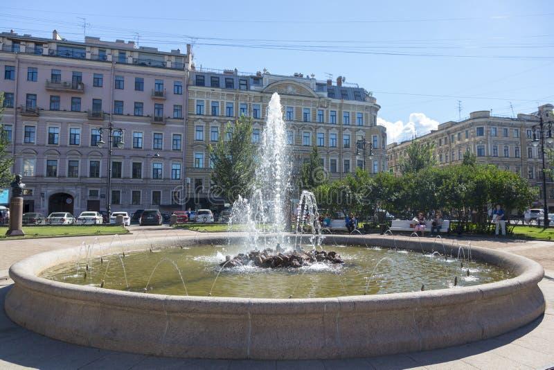 Brunnen in der Mitte von Novo-Manezhquadrat in St Petersburg stockfoto