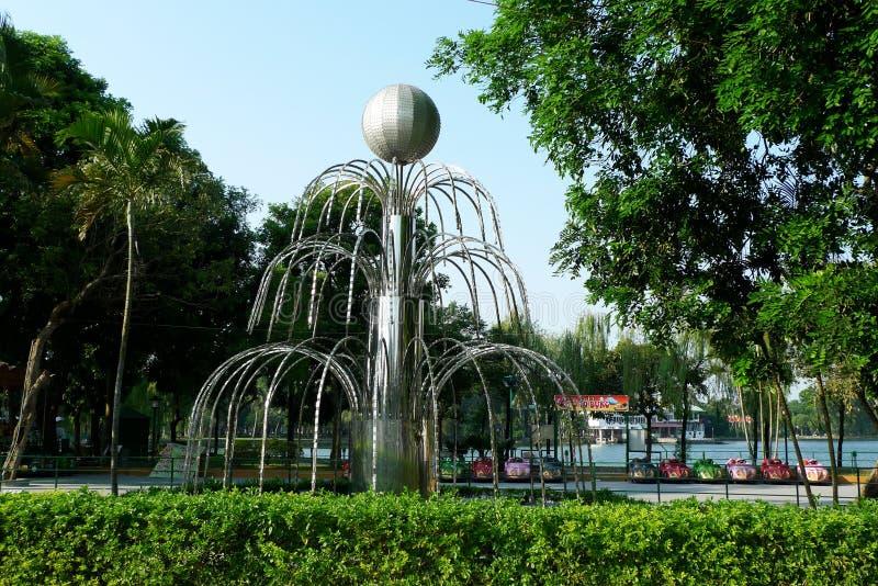 Brunnen in der Stadtparkmitte stockbilder