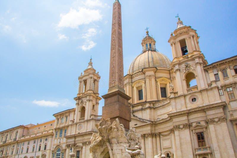 Brunnen der vier Flüsse mit einem ägyptischen Obelisken und einem Sant Agnese Church auf dem berühmten Marktplatz Navona-Quadrat  lizenzfreie stockbilder