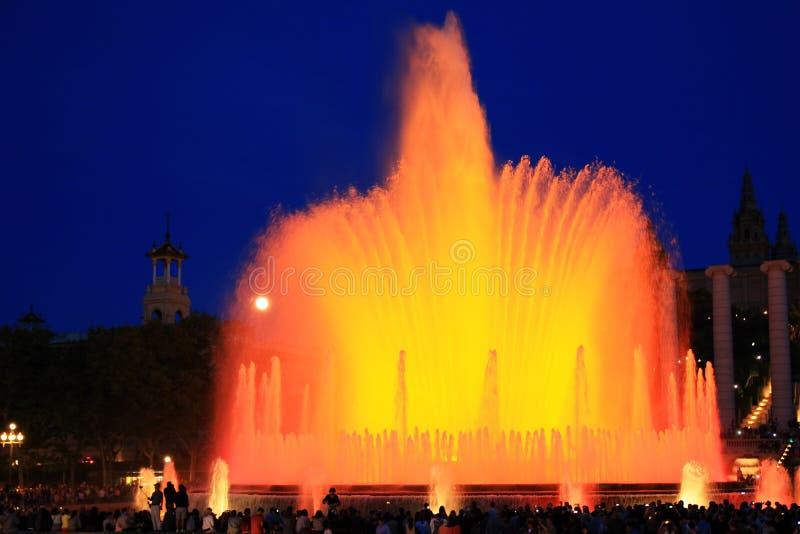 Brunnen des Gusses Magica in Barcelona nachts, Spanien lizenzfreies stockbild