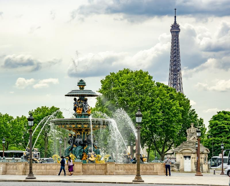 Brunnen des Meer-Fontaine DES Mers auf Place de la Concorde Quadrat mit Eiffelturm am Hintergrund, Paris, Frankreich lizenzfreie stockbilder