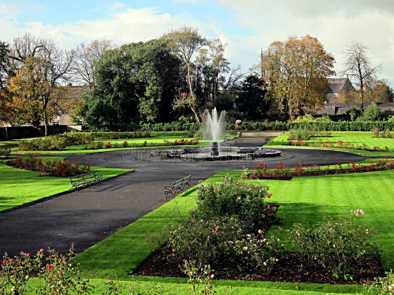 Brunnen in einem Garten in Kilkenny, Irland stockbild
