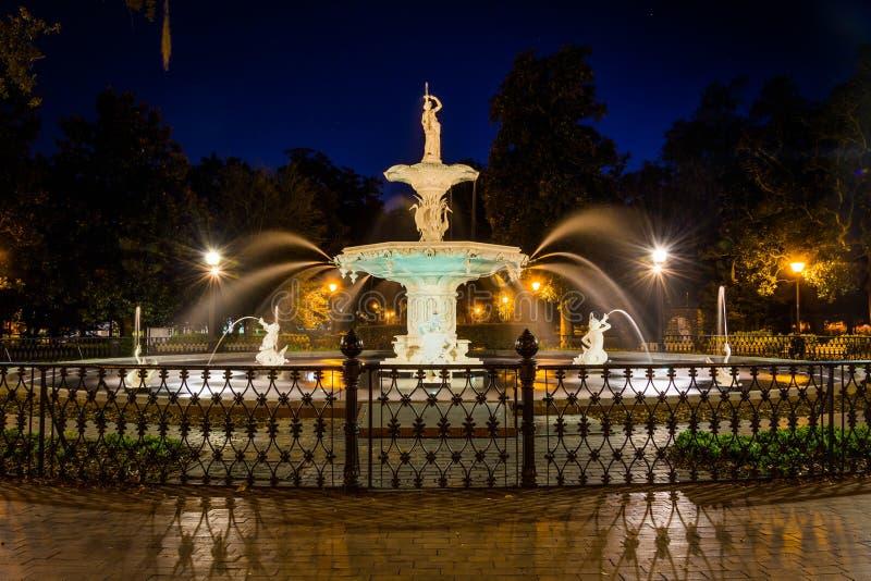 Brunnen an Forsyth-Park nachts, in der Savanne, Georgia lizenzfreies stockfoto