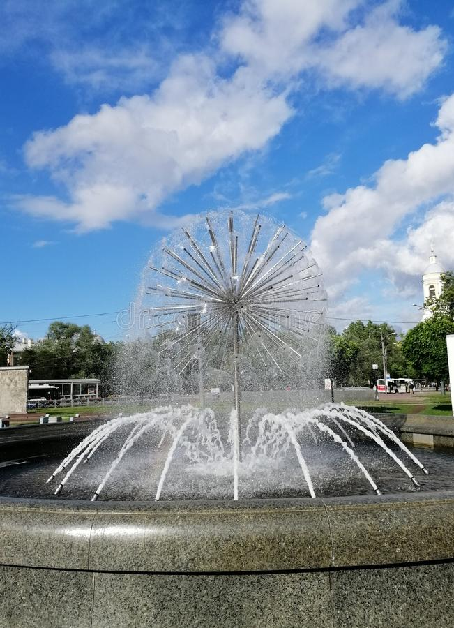 Brunnen gegen den Himmel und die Wolken in Petersburg stockfotografie