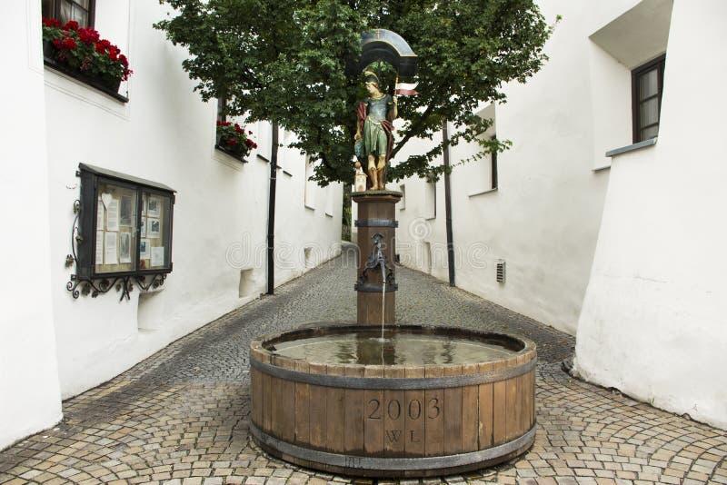 Brunnen-hölzernes Becken mit römischer Soldatstatue der Skulptur stockbild