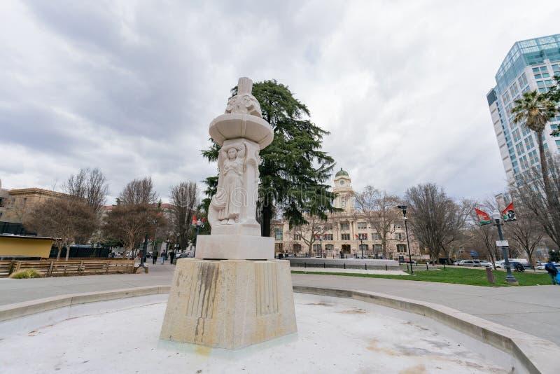 Brunnen im Cesar E Chavez Memorial Plaza stockbild