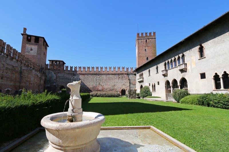Brunnen im Hof an Castelvecchio-Museum (Museo Civico di Castelvecchio) in Verona, Italien lizenzfreies stockbild