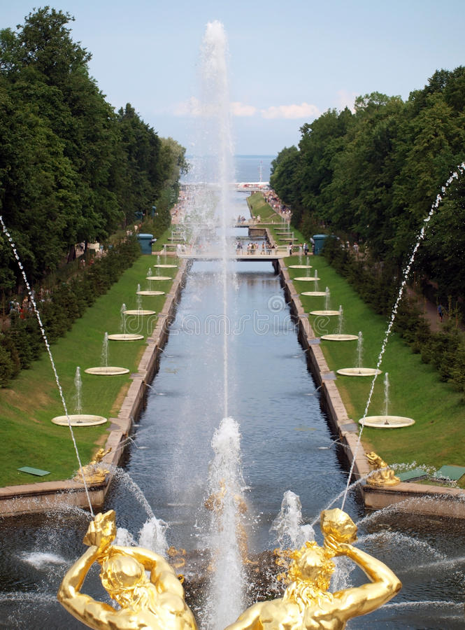 Brunnen im Petergof Park stockfotos