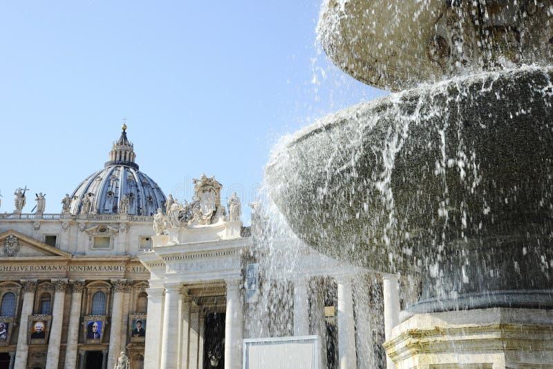 Brunnen im Quadrat vor St- Peter` s Kathedrale Staat der Vatikanstadt-, Vatikan stockfotografie