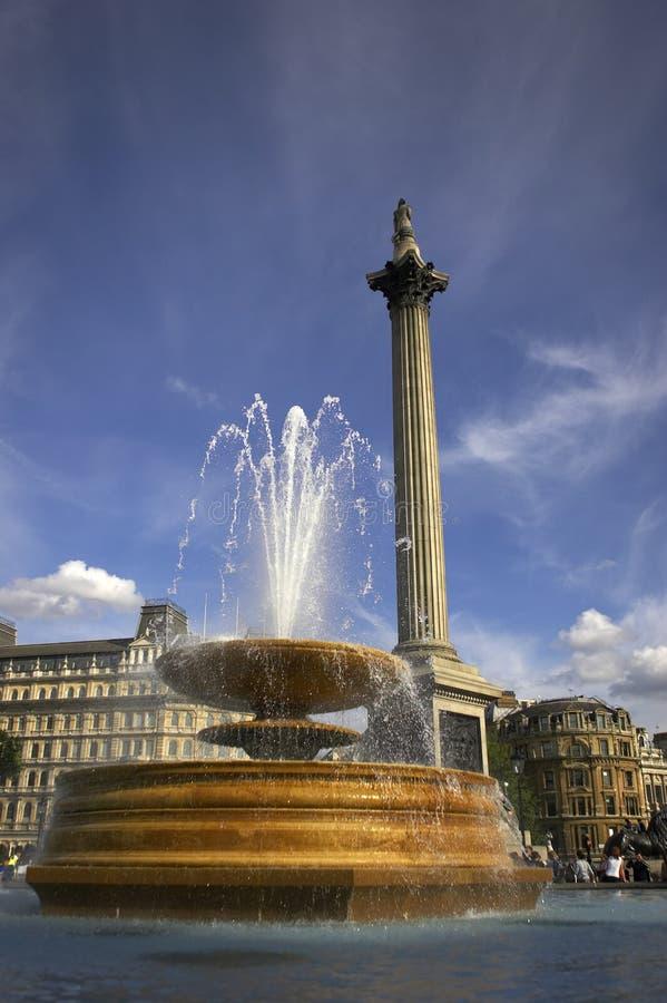 Brunnen im Trafalgar Quadrat mit nelsons Spalte im Hintergrund stockfotos