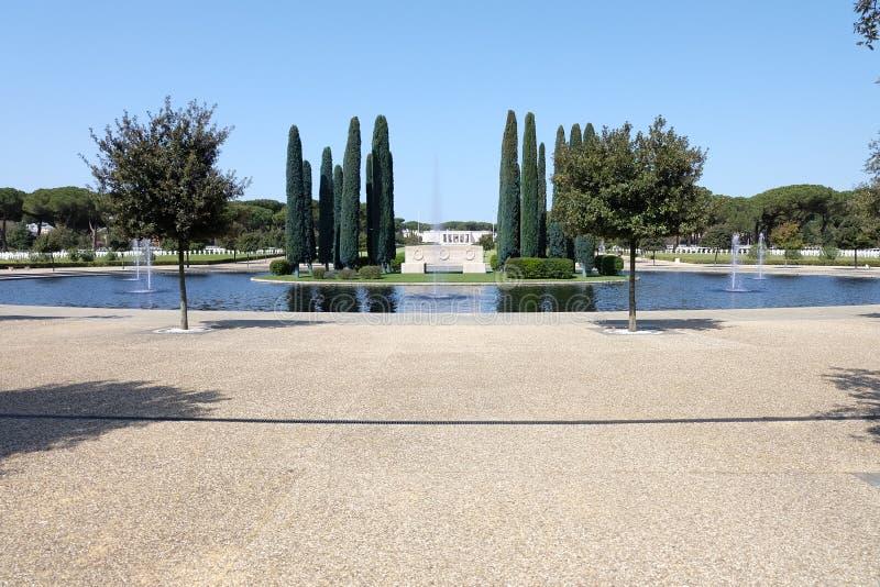 Brunnen innerhalb des amerikanischen Kirchhofs von Nettuno, Rom, Italien lizenzfreie stockfotografie