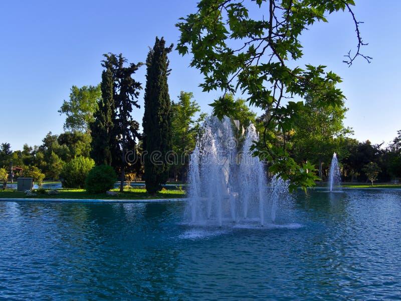 Brunnen innerhalb eines Parksees stockfotografie