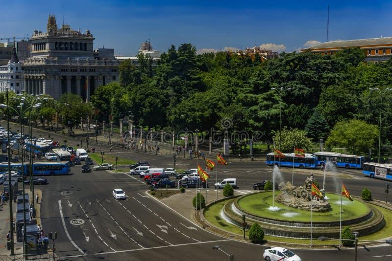 Brunnen Madrids, Spanien Ciberles mit spanischen Flaggen lizenzfreie stockfotografie
