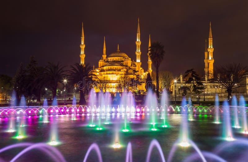 Brunnen mit blauer Beleuchtung auf Sultanahmet-Quadrat vor der blauen Moschee lizenzfreie stockfotos