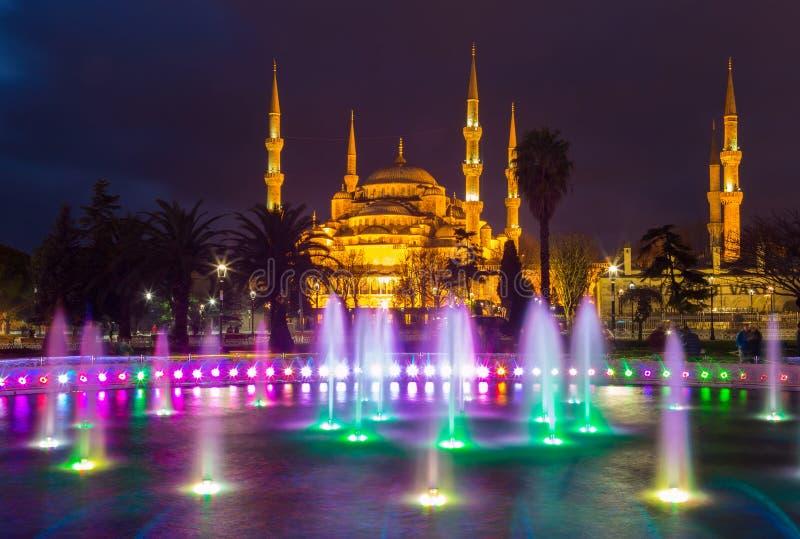 Brunnen mit blauer Beleuchtung auf Sultanahmet-Quadrat vor der blauen Moschee stockbild