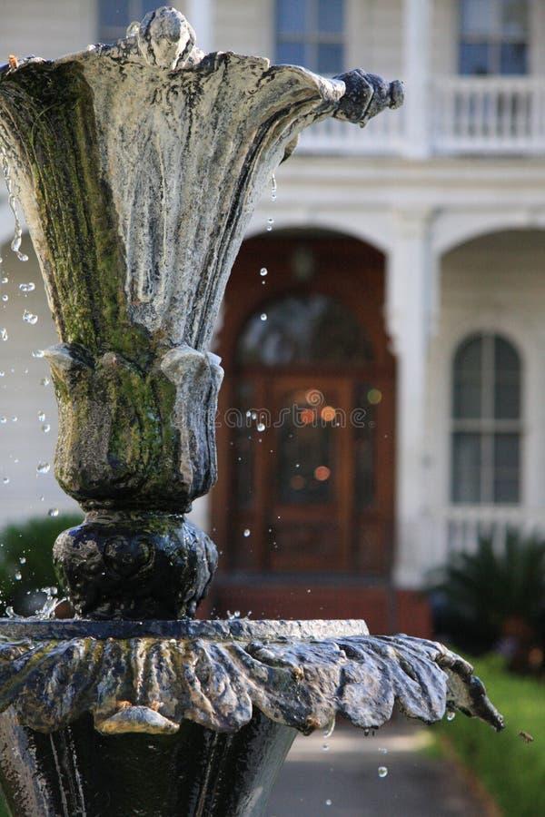 Brunnen mit fallendem Wasser stockfoto