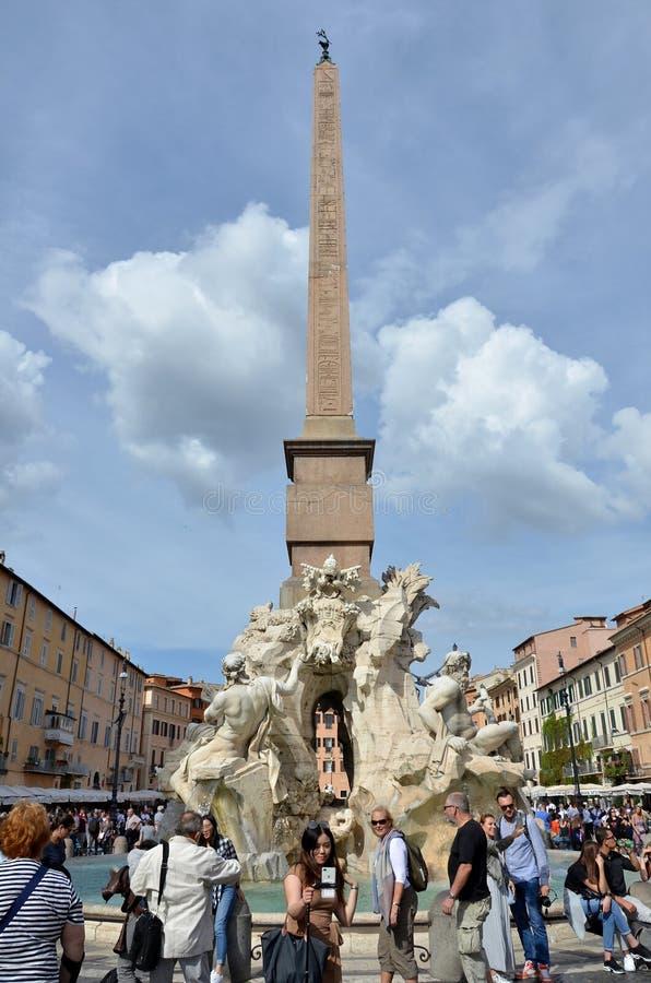 Brunnen mit Statuen in Rom lizenzfreie stockfotos
