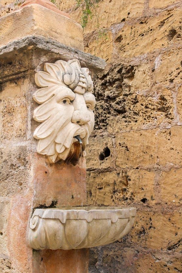 Brunnen mit strömendem Wasser des Löwekopfes lizenzfreie stockfotografie