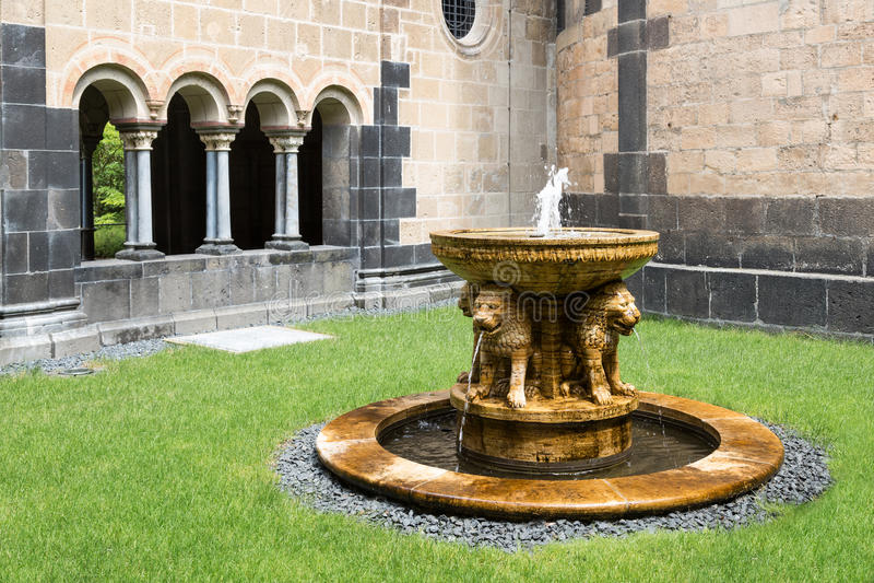 Brunnen an mittelalterlicher Abtei Benediktiner des Hofes in Maria Laach, Deutschland lizenzfreie stockfotografie
