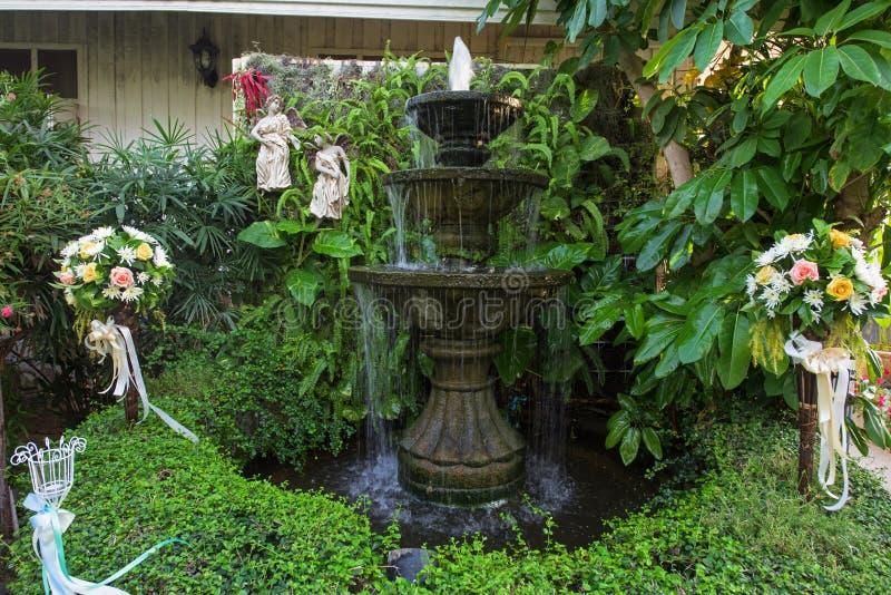 Brunnen multi-abgestuft und Blumenblumenstrauß im Garten lizenzfreies stockbild