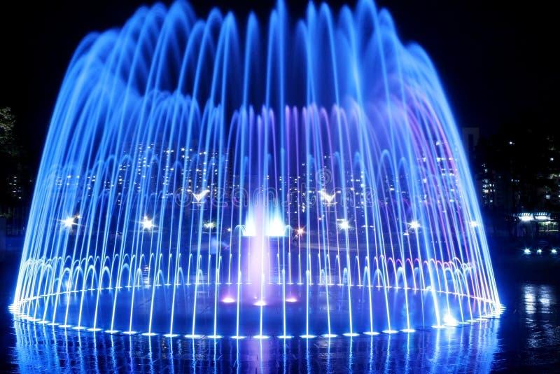 Brunnen nachts lizenzfreie stockfotografie