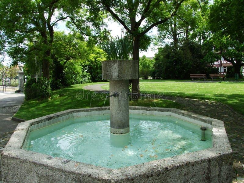Brunnen am Park nahe dem Augustinian Kloster Crucelin oder Kreuzlingen-Abtei stockfoto